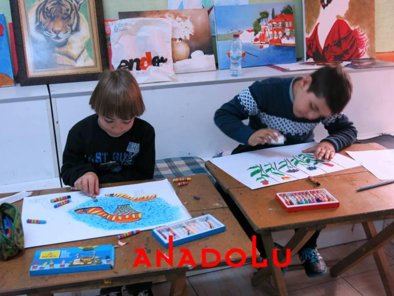 Çocuklar Resim Çalışması Yapıyorlar Antalyada